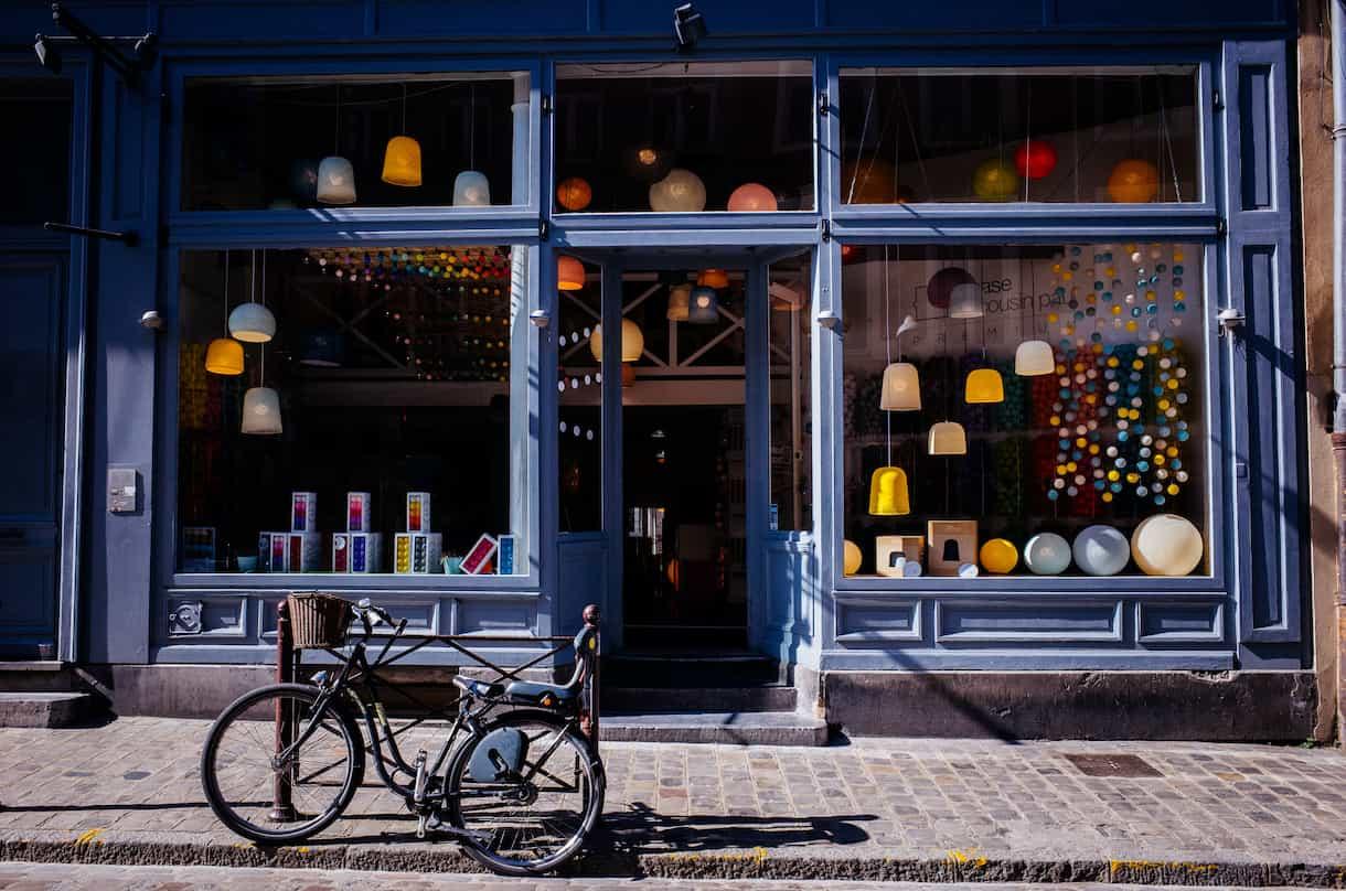 vitrine typique lilloise avec un vélo garé devant